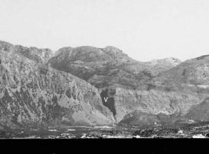 Fig. 3 : La brèche de Katalimata (fig. 2 n°98) vue depuis Elounda (fig. 2 n°20) (F. Gaignerot-Driessen).