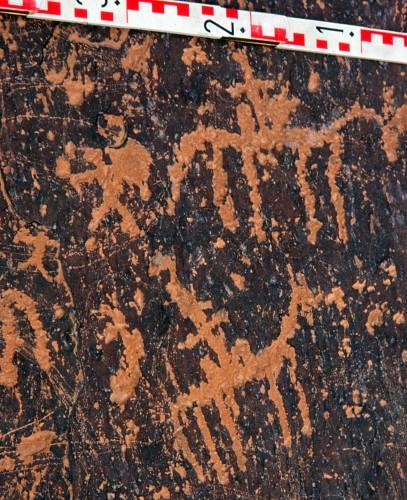 Fig. 4 : représentation figurée rupestre sur la dalle sommitale du grenier fortifié d'Amtoudi (province de Guelmim, Maroc, cliché Patrice Cressier)