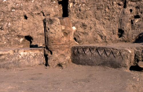 Fig. 7 : Devant la banquette de EA53 (Fig. 6), six poteaux en bois enduits de terre séparent des dalles calcaires verticales. Poteaux et dalles sont ornés d'un même type de décor. Photo Mission El Kowm-Mureybet.