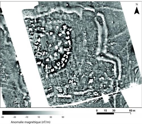 Fig. 3 : Carte des anomalies magnétiques sur le site d'Almiriotiki. On peut observer la bande de structures très magnétiques (noir et blanches) qui délimite la partie sommitale du magoula. En contrebas (à l'est et au sud) on observe des alignements de bâtiments et les fossés qui ceinturent cette partie de l'occupation.