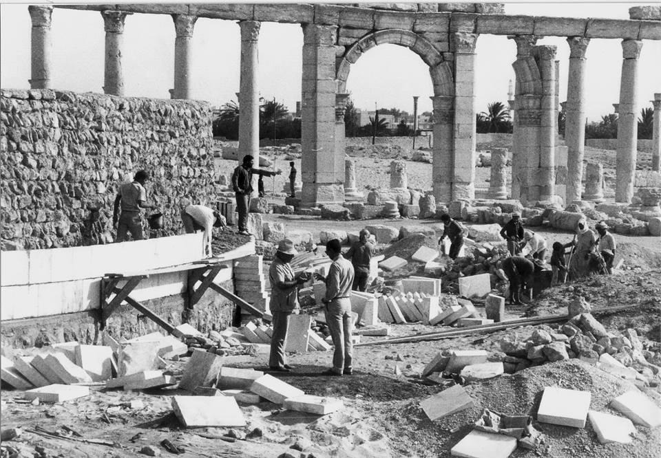 Khaled Asaad avec son chapeau, en 1977 sur le chantier de restauration du mur d'enceinte du théâtre à Palmyre  (archive de la famille Asaad)