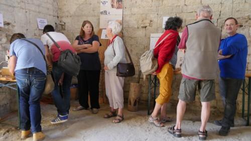 Fig. 7 : L. Herveux et F. Barbot expliquent l'archéobotanique et les cultures expérimentales de Jalès. A gauche, les visiteurs peuvent observer des graines archéologiques au moyen d'une loupe binoculaire. (Crédit E. Signor)