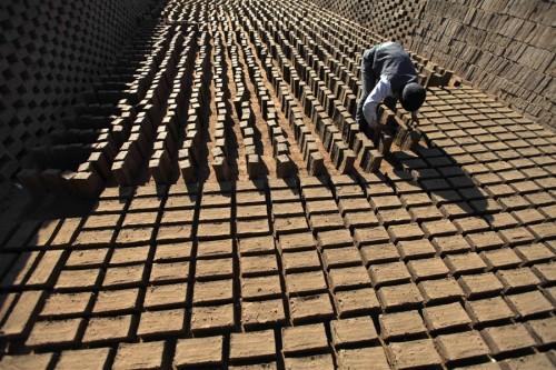 Fig. 1- Séchage des briques (photoblog NBC news-121120-yemen-brick-makers-kb-315p-02.photoblog900).