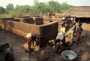 Fig. 6 – Construction d'une maison en bauge au Bénin (Photo Thierry Joffroy)