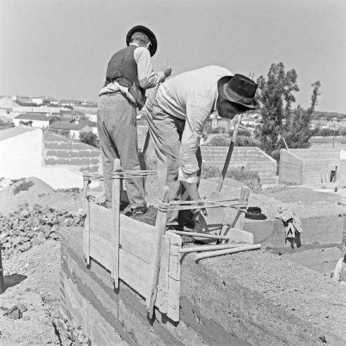 Fig. 8 – Construction d'un mur en pisé à l'aide de banches en bois (Ferreira do Alentejo, Alfundão, 1955, http://www.oapix.org.pt/100000/1/163,01,7/index.htm)