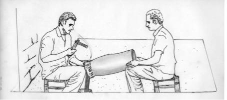 Fig. 4 : Travail coordonné à deux sur un vase en cuivre. L'artisan de droite soutient l'objet avec ses genoux et sa main, l'oriente obliquement et le fait tourner. Dessin de Moheb Nader Chanesaz d'après une photographie d'Ella Dardaillon au Souk al-Nahhasin de Damas (2007).