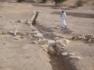 Fig. 6. Répartiteur d'eau par plusieurs canaux au débouché du falaj/qanāt Hili 15, al-Ain.