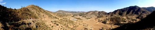 Figure 3 - Vue panoramique vers l'aval de la vallée de May Ayni (voir Figure 2) et du site de Wakarida.  ©Ninon Blond, 2014