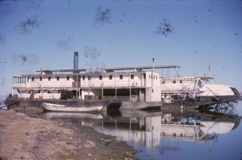 Fig. 10 : Bateau à aubes à l'abandon sur le lac Nasser en cours de remplissage, au pied de la citadelle de Bouhen