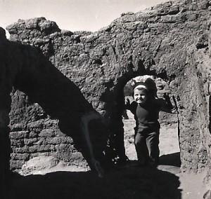 Fig. 9 : Emmanuelle Vila à la découverte des restes archéologiques d'un ancien village chrétien.