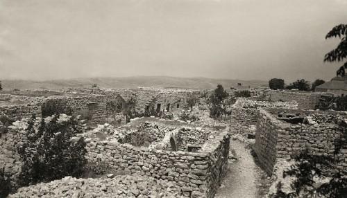 Photo 2 — Maisons ruinées à Abdillé (caza de Batroun) © Fonds J. Delore, Bibliothèque Orientale, USJ, Beyrouth.