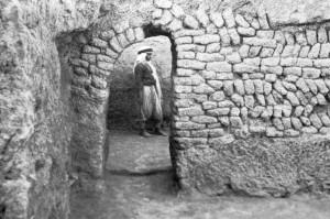 Fig. 13 : Ešnunna (Tell Asmar, Iraq), Arch house, appareil en arête de poisson, période Protodynastique (d'après Delougaz, 1967, pl. 69B).