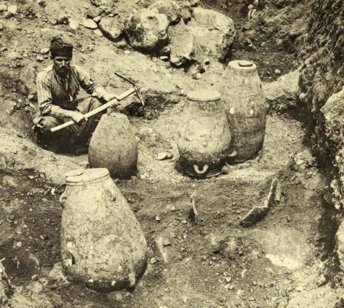 Fig. 8 : nécropole de Sphoungaras (E. Hall 1912, Excavations in Eastern Crete: Sphoungaras, pl. IX).