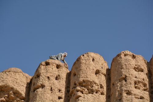 Fig. 9 : Grand Kyz Kala, Turkménistan : réalisation des couches « sacrificielles » (C. Sadozaï)