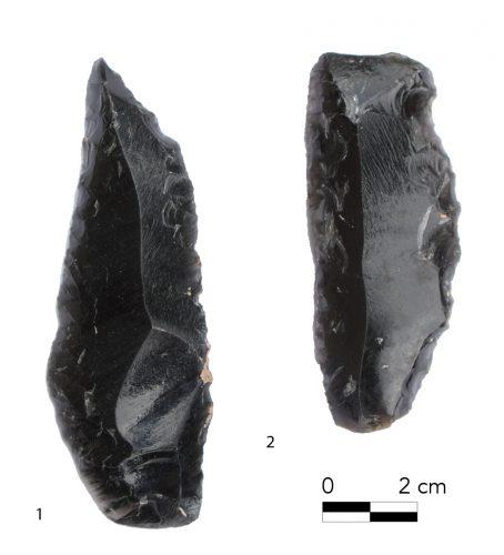 Fig. 13 : Lames irrégulières. 1 : lame appointée à retouches bilatérales ; 2. lame à retouches denticulée. © Mission Caucase.