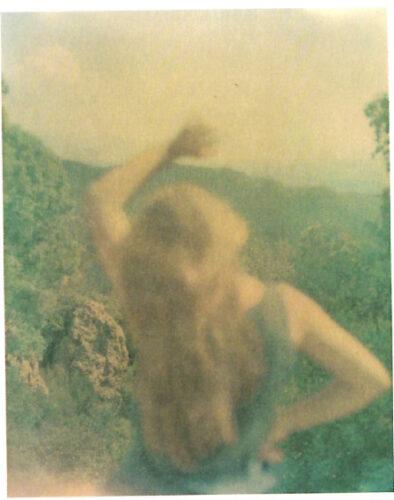 hotographie de Julie Ganzin, en couleur tirant sur le vert, exemple d'une photographie «à la première personne»
