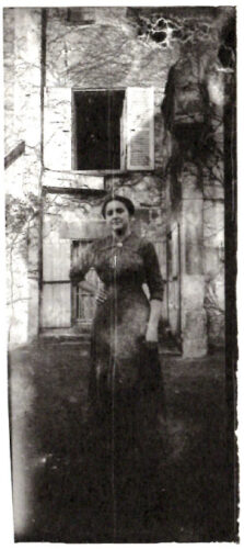 Photographie en noir et blanc, issue d'une «collection particulière», exemple d'une «photographieà la troisième personne»