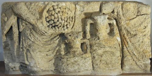 Transvasement de fruits dans une amphore (musée de Narbonne)
