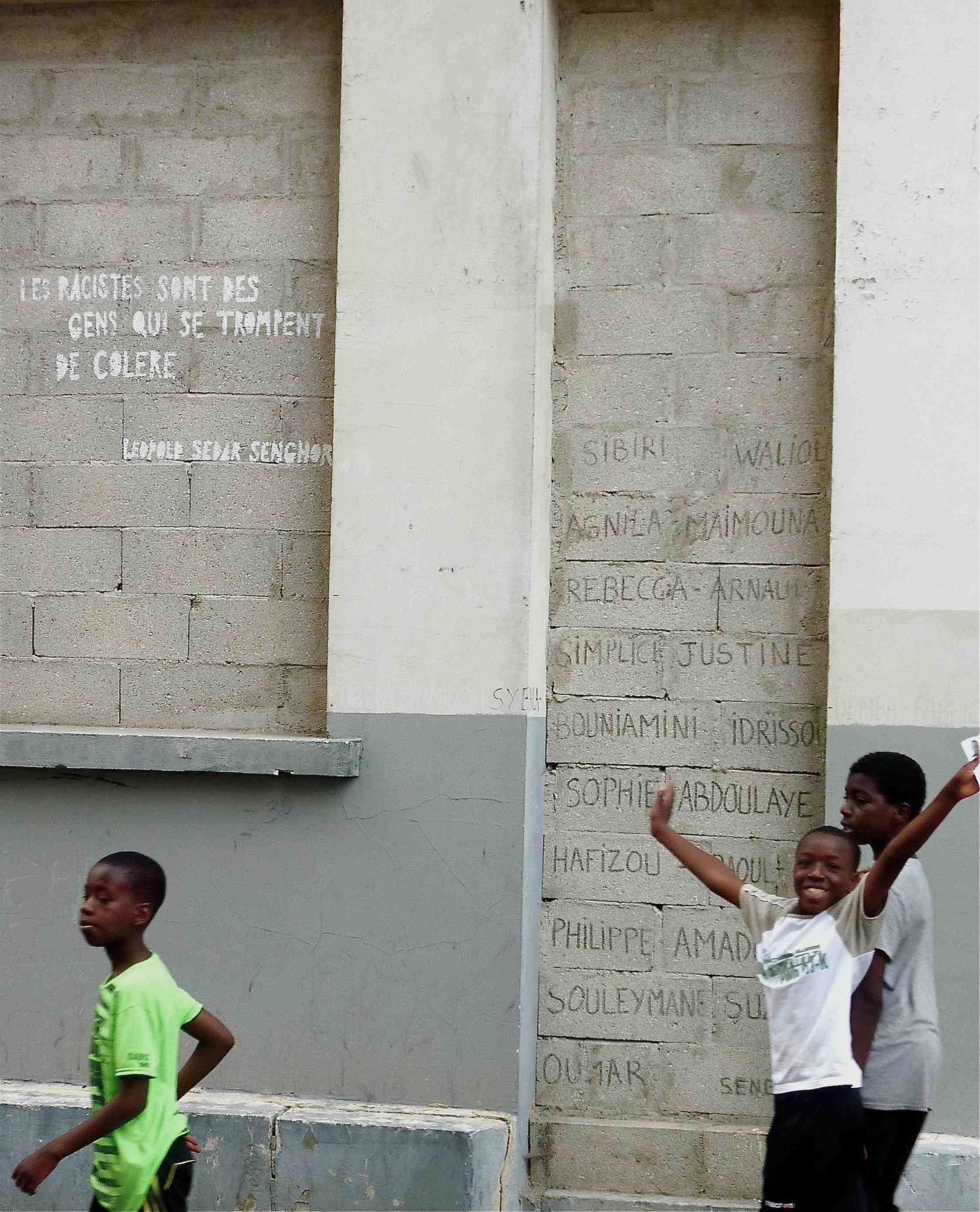 Jeunes devant la MEEAO, juillet 2013. Photo : Marion Dupuis