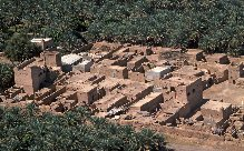 Dans la Sharqiyya d'Oman, le village d'ad-Drîz vu d'avion, 1977.