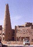 Minaret de mosquée et maisons en briques d'argile dans le noyau historique de 'Unayzah, Arabie Saoudite, Najd, région du Qaṣîm 1974