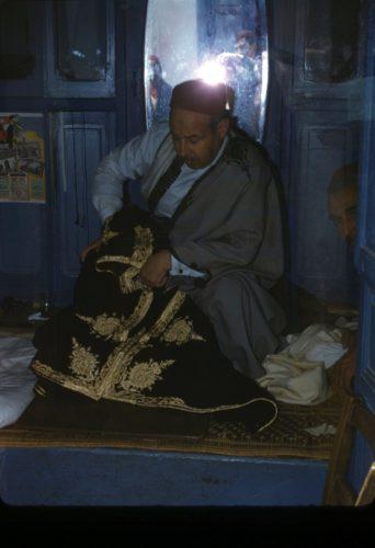 Brodeur tunisois au travail dans son atelier.