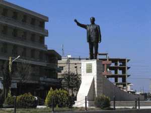 Statue de Hafez El Assad à l'entrée sud de Baalbek en 2004 (Cliché K. Bennafla, 2004)