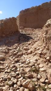 Un chemin en pente et en courbe du ksar Ghassoul © BENKOULA H.