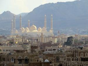 Émergeant de la vieille ville de Sanaa, la mosquée du président Ali Abdallah Saleh : un président sortant qui est néanmoins demeuré solidement accroché dans le paysage politique © F. Burgat, 2014.