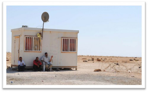 Syrian men wait at the borders in al-Mafraq, 07/2014