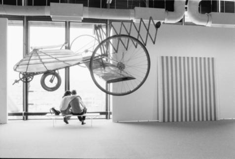 Photographie d'accrochage réalisée lors de « Manifeste. Une histoire parallèle (1960-1990) ». Photographie de Jacques Faujour. Tirage numérique d'après la planche-contact 20.88, n°15 (1993) Fonds Muséographie des expositions temporaires du MNAM, Bibliothèque Kandinsky, MNAM-CCI / Centre Pompidou