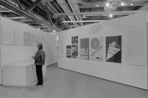 Paris-Berlin, 1978. Archives MNAM, photographie Jacques Faujour. Espace « L'Environnement fonctionnaliste ». Au mur, à droite affiches de Walter Dixel et Jan Tschichold.