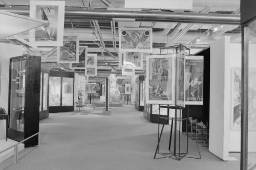 Paris-Moscou, 1979. Archives MNAM, photographie de Jacques Faujour. Allée centrale avec kiosque de propagande.