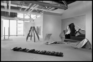 """Vue de la salle """"Gutai"""" de l'exposition """"Japon des avant-gardes 1910-1970"""" - Bibliothèque Kandinsky / MNAM-CCI, Centre Pompidou."""