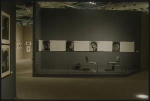 """Vue de la salle """"Photographie"""" de l'exposition """"Japon des avant-gardes 1910-1970"""" - Bibliothèque Kandinsky / MNAM-CCI, Centre Pompidou."""