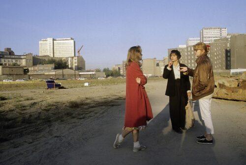 Die Hauptdarstellerinnen auf einer Freifläche vor Plattenbauten stehend