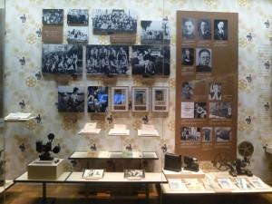 Une vitrine du Shanghai Film Museum: objets, panneaux photographiques et ouvrages fac-similé. Photo: A. Kerlan, 2014
