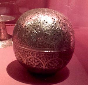 Brûle-parfum sphérique. Syrie ou Égypte, XVIe-XVIIe s. Laiton et argent gravé.
