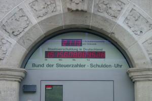 Bild: Die Schuldenuhr des Bundes der Steuerzahler in Berlin | Henry Mühlpfordt |CC BY-SA 3.0