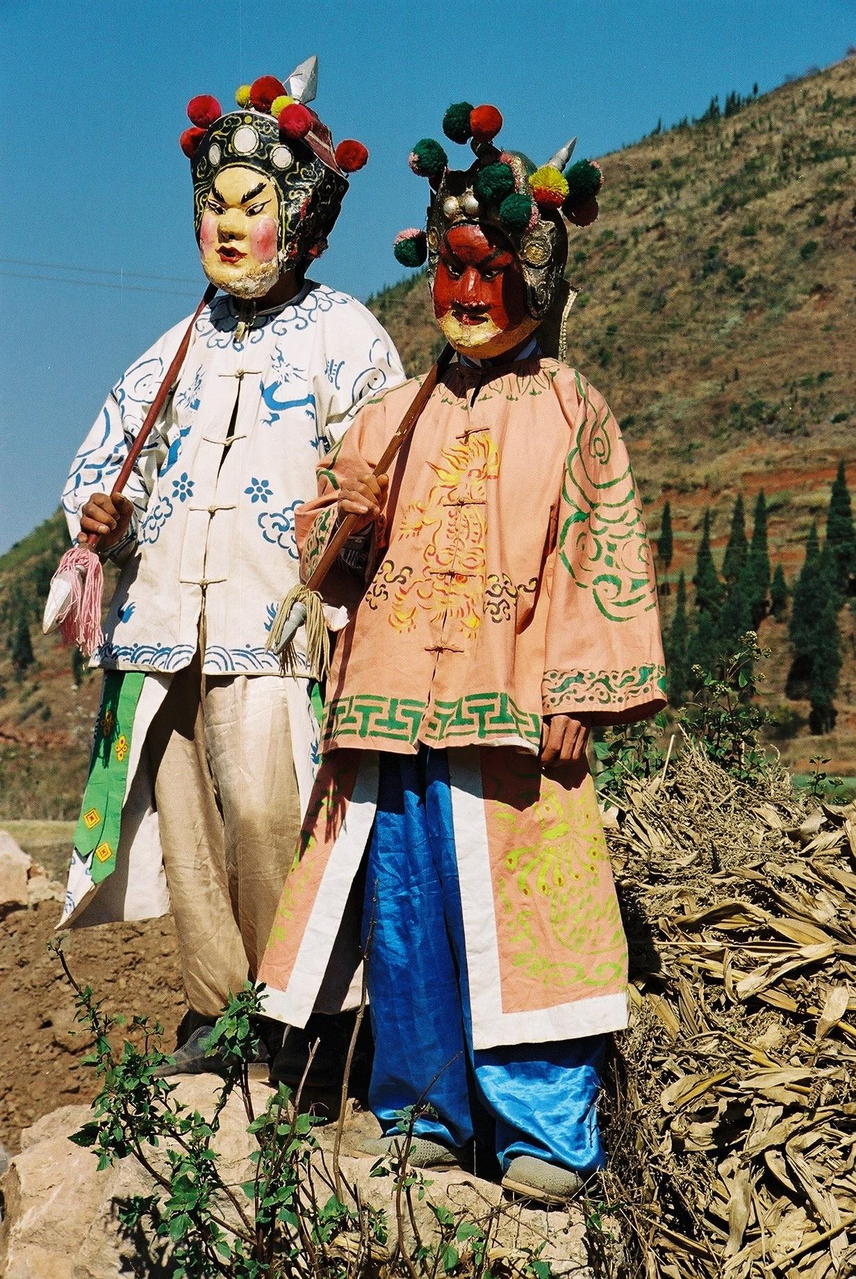 Acteurs du Théâtre de Guan Suo. Le personnage de Guan Suo est à droite, avec le visage presque entièrement rouge.