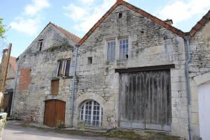 Façade d'une maison qui comporte au moins six remaniements successifs depuis sa construction à la fin du XIIIe siècle.
