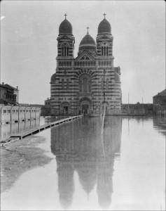 民國六年(1917年)天津水災期間被淹的【老西開教堂】。(西德尼-戴維-甘博 Sidney David Gamble 攝)