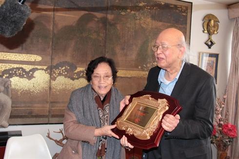 L'ancienne vice-présidente du Vietnam, Nguyên Thi Binh, remet le prix de la recherche au professeur Lê Thành Khôi, le 21 mars à Paris. © 2013 Lê Hà/CVN