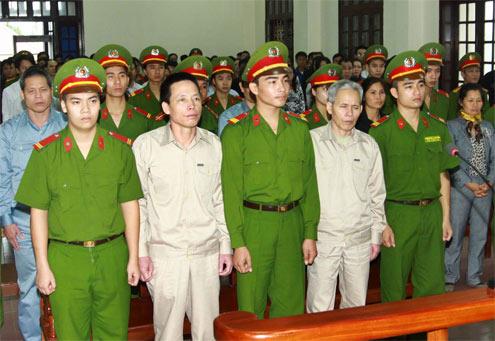 Doan Van Vuon et les membres de sa famille à l'ouverure du procès du 5 avril 2013 © 2013 TTXVN