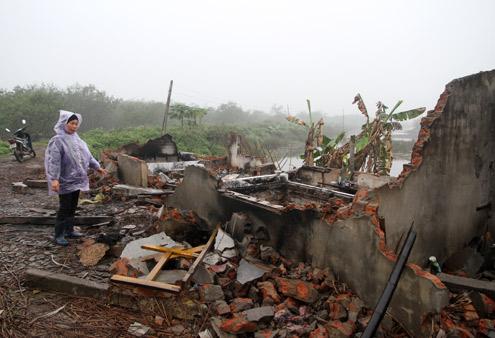 Nguyen Thi Thuong, l'épouse de Doan Van Vuon à côté de sa maison détruite © 2012 Nguyen Hung