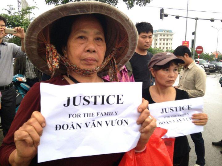 Manifestantes réclamant justice pour Doan Van Vuon © 2013 AFP