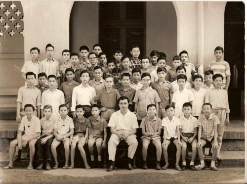 Classe de 4e, Lycée Jean-Jacques Rousseau, Saigon. Prof. Pierre Brocheux. © AEJJR