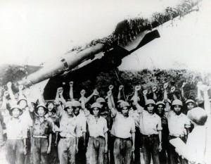 Soldats de la défense aérienne nord-vietnamienne dzavnt une rampe de missile soviétique SA-2  (cliquez pour agrandir)