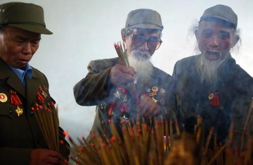 Des vétérans de Diên Biên Phu allument de l'encens en mémoire des morts de la bataille de 1954 © Alfred/Sipa.