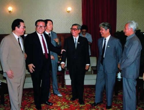 Les amîtres d'oeuvre de la Conférence secrète de Pékin des 3-4 septembre 1990. De gauche à droite : Ly Bang, Jiang Zemin, Nguyen Van Linh, Do Muoi et Pham Van Dong
